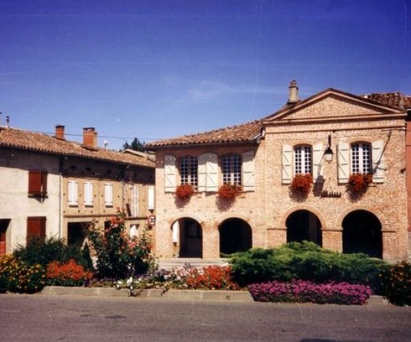 Giroussens_Place_de_la_Mairie